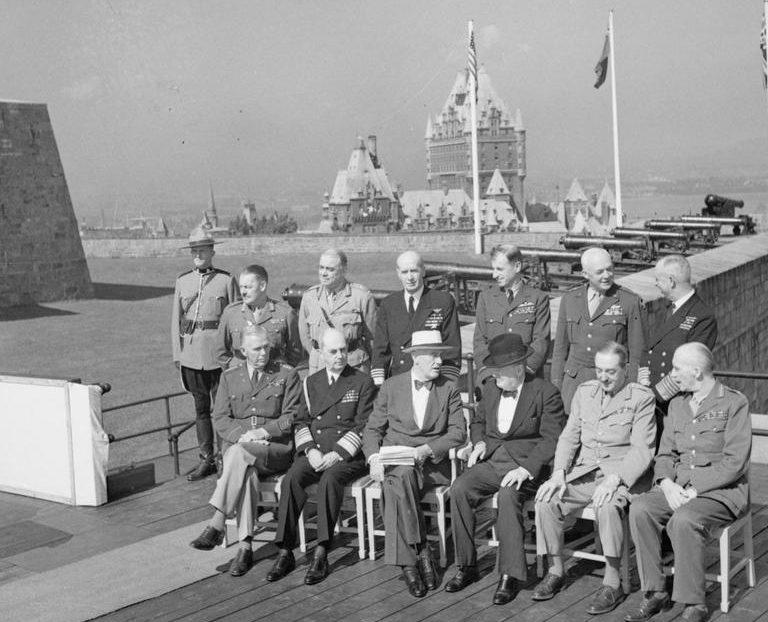 Франклин Рузвельт и Уинстон Черчилль на конференции в Квебеке со своим окружением.