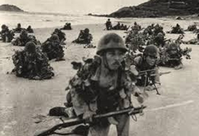 Высадка японского десанта на берег в Кота-Бару.
