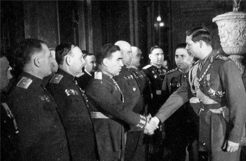 Михай I с орденом «Победа» среди советских генералов.