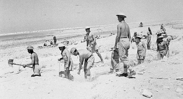 Британцы роют окопы у Эль-Аламейна.