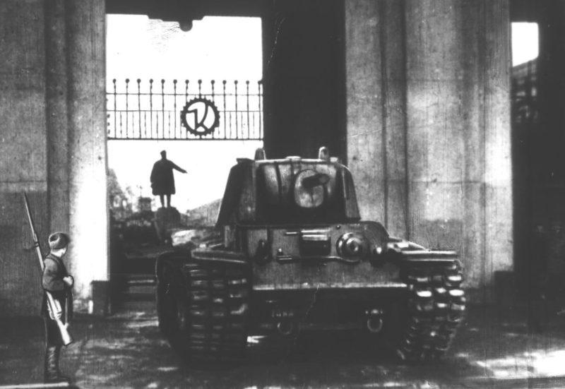 Танк КВ выезжает с Кировского завода.
