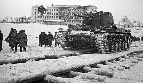 Танковая переправа через Волгу.