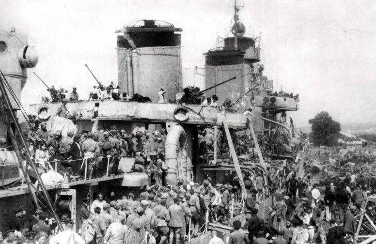 Раненые солдаты и эвакуируемые мирные жители, прибывшие из осажденного Севастополя, сходят на берег с борта лидера эсминцев «Ташкент» в порту Новороссийска. Июнь 1942 г.