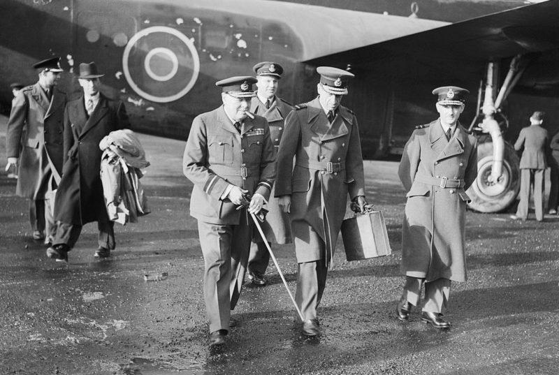 Черчилль у своего самолета.