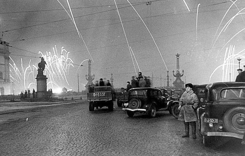 Салют в Ленинграде 27 января 1944 года.