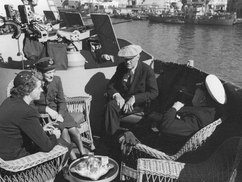 Президент США Франклин Д. Рузвельт и премьер-министр Великобритании Уинстон Черчилль с дочерьми Анной Беттигер и Сарой Черчилль на борту тяжелого крейсера «Quincy» на Мальте. 2 февраля 1945 г.