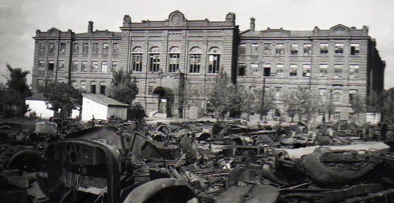 Разбитая советская техника на улицах города.