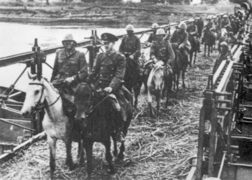 Румынская кавалерия пересекает р. Прут . 1941 г.