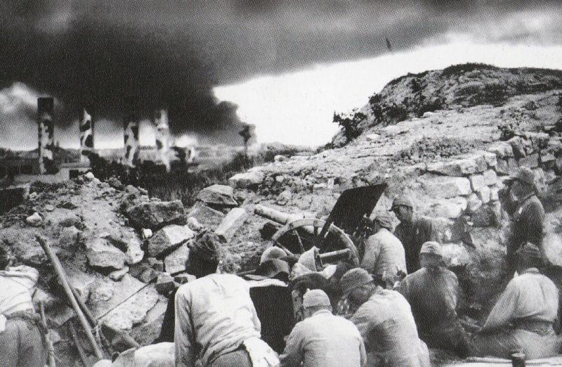 Японские войска ведут бой за Гонконг.