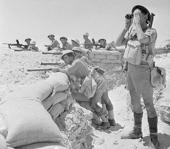 Британские пехотинцы, укрепившиеся у Эль-Аламейна. 17 июля 1942 года.