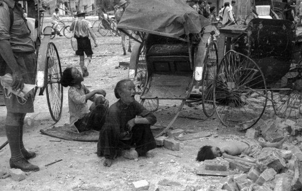 Женщины, оплакивающие ребенка, убитого в результате воздушного налета.