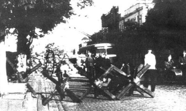 Противотанковые заграждения на улицах города.