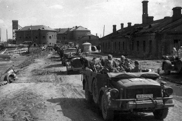 Немецкие войска входят в город. 28 июня 1941 г.