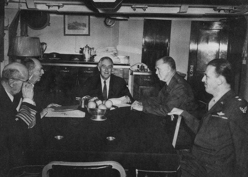 Франклин Д. Рузвельт, Лихи, Кинг, Маршалл и Кутер на Мальте.