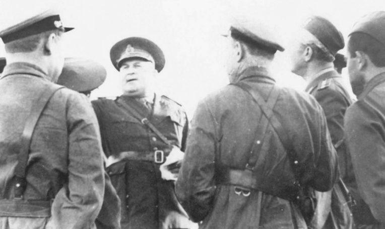 Советские и румынские офицеры на переговорах во время Бессарабской операции. Июль 1940 г.