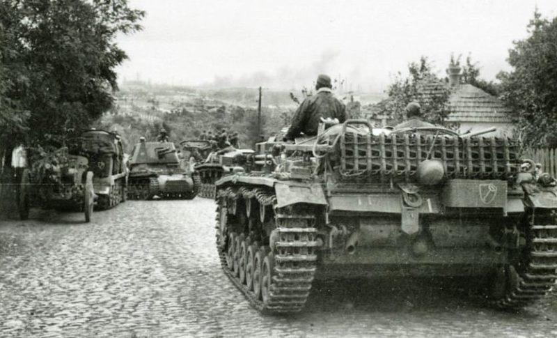 Немецкие войска входят в город.