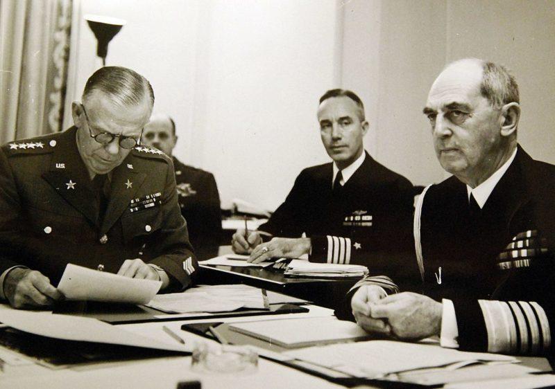 Генерал Джордж К. Маршалл (слева) и адмирал Уильям Д. Лихи (справа) во время конференции начальников штабов в Шато Фронтенак.