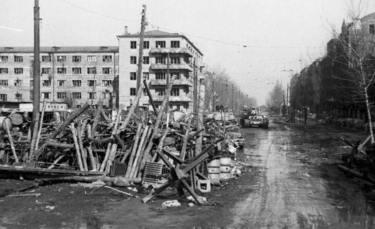 Остатки баррикады в городе.