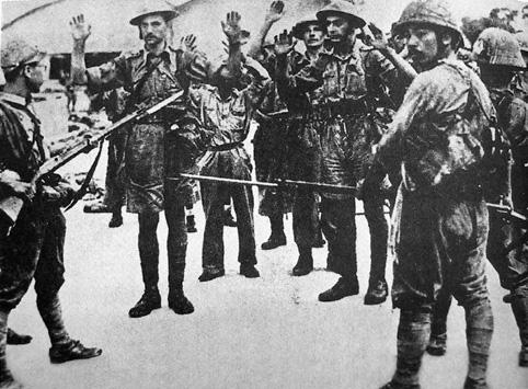 Британские солдаты сдаются японским войскам в Сингапуре.
