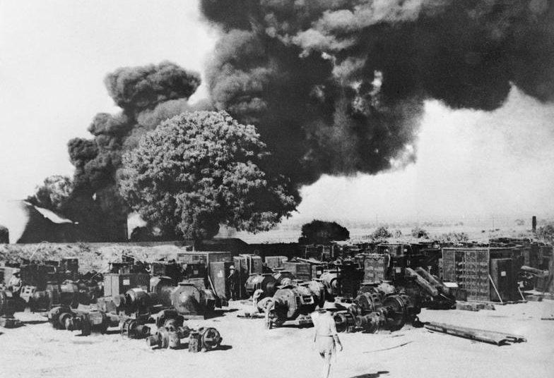 Уничтоженное электрооборудование и нефтяные установки англичанами в Енангуане в рамках политики «выжженной земли» перед лицом японского наступления.