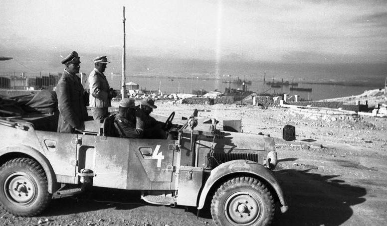 Роммель в порту Тобрука.