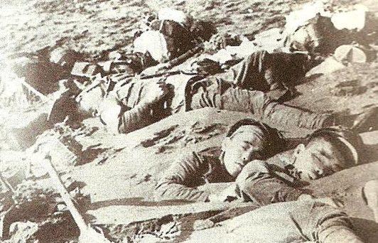 Погибшие японские солдаты на берегу Кота-Бару.