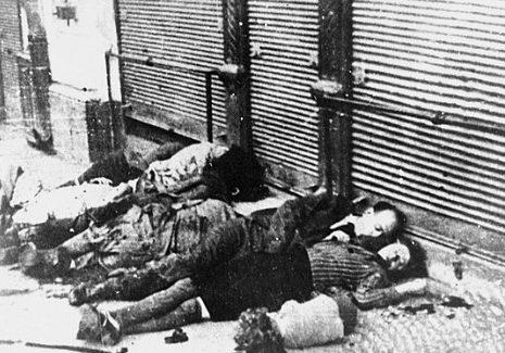 Тела убитых евреев на улицах Ясс во время погрома 29 июня 1941 г.