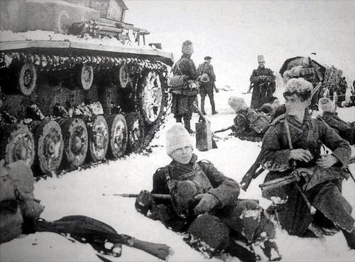 Пехотинцы 4-й румынской армии отдыхают на дороге под Сталинградом. 1942 г.
