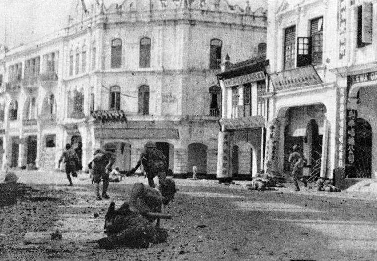 Японские солдаты ведут бои на улицах Куала-Лумпура.