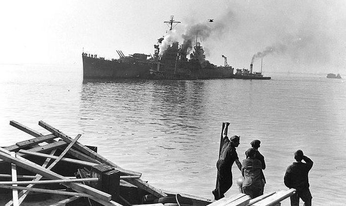 Американский легкий крейсер «Boise», поврежденный в бою, прибывает на ремонт.