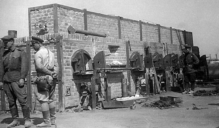 Советские офицеры рассматривают печи крематория после захвата лагеря.