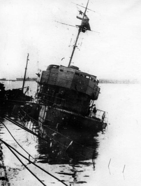 Эсминец «Бдительный», потопленный в Новороссийске. Июль 1942 г.