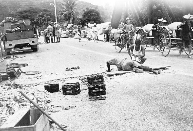 Британские саперы минируют мост на Кота-Бару.