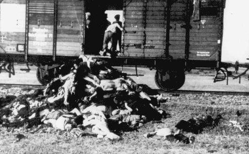 Транспортировка евреев из Ясс в концлагеря. Умерших в пути просто выбрасывали из вагонов.