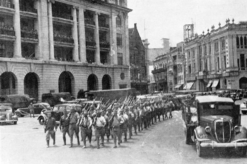 Японские войска на площади Фуллертон в Сингапуре.