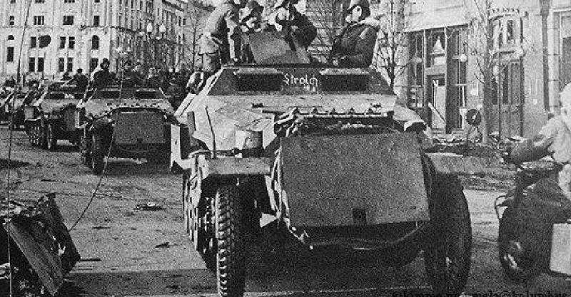 Немецкие войска входят в Харьков.