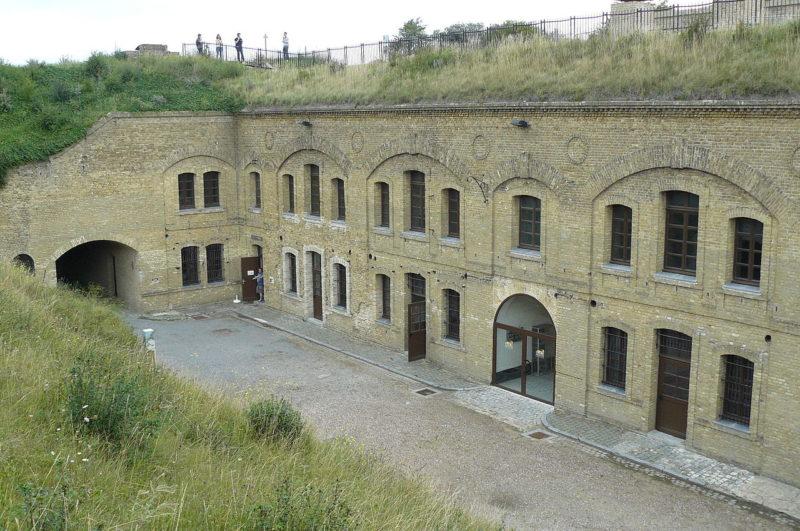 Внутренний двор и казарма форта.
