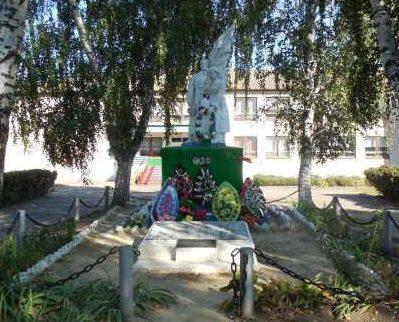 с. Красная Долина Касторенского р-на. Памятник у восьмилетней школы, установленный в 1955 году на братской могиле, в которой похоронено 71 советский воин, в т.ч. 33 неизвестных, погибших в 1943 году.