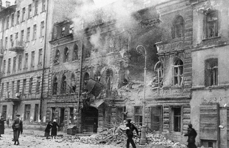 Улица после немецкого артиллерийского налета.