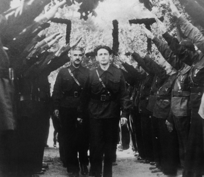 Лидер румынской фашисткой партии «Железная гвардия» Хория Сима на митинге в Бухаресте. Сентябрь 1940 г.