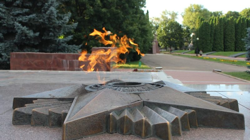 Вечный огонь у обелиска Славы.