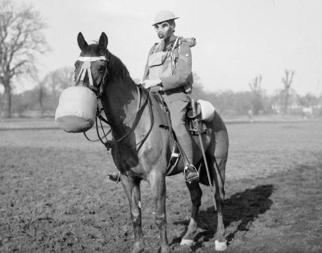Британская кавалерия в противогазах. 1939 г.