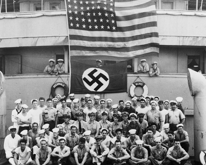 Команда крейсера «Омаха» позирует на захваченном немецком судне «Оденвальд». Ноябрь 1941 г.
