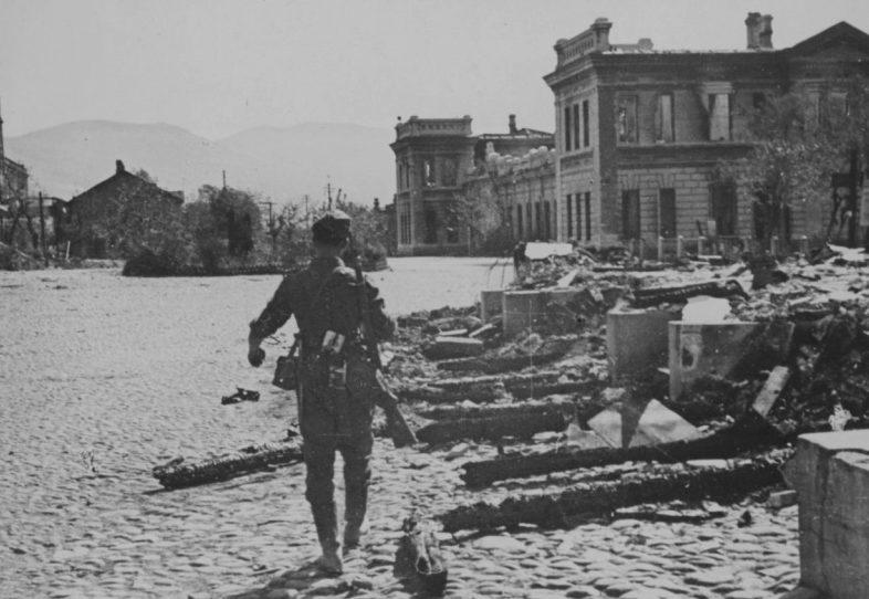 Немецкий солдат на площади захваченного Новороссийска. Сентябрь 1942 г.