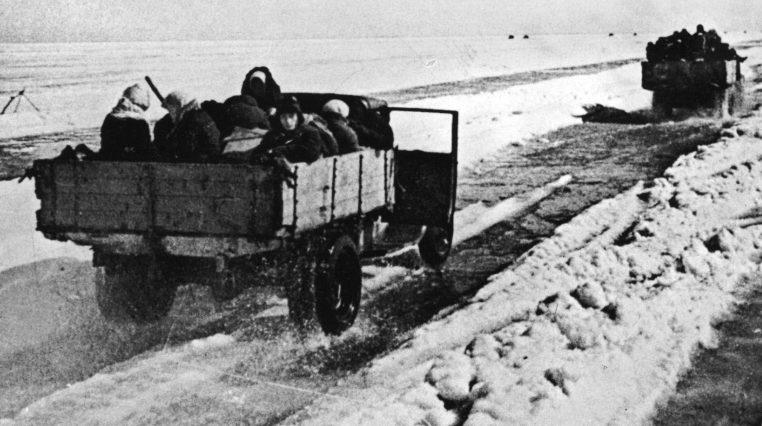 Эвакуация ленинградцев через Ладогу.