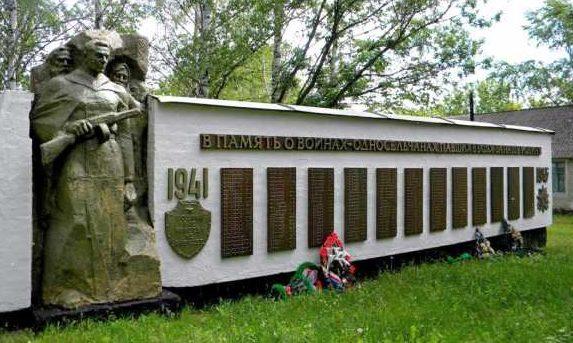 с. Мелавка Касторенского р-на. Памятник землякам, погибшим в годы войны.