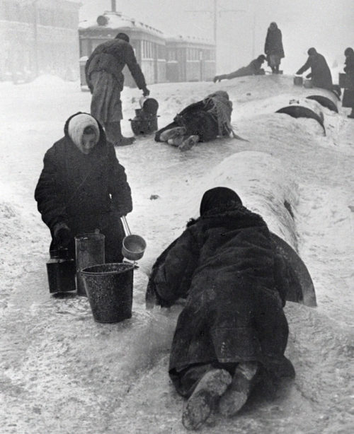 Ленинградцы берут воду из сломанного водопровода.