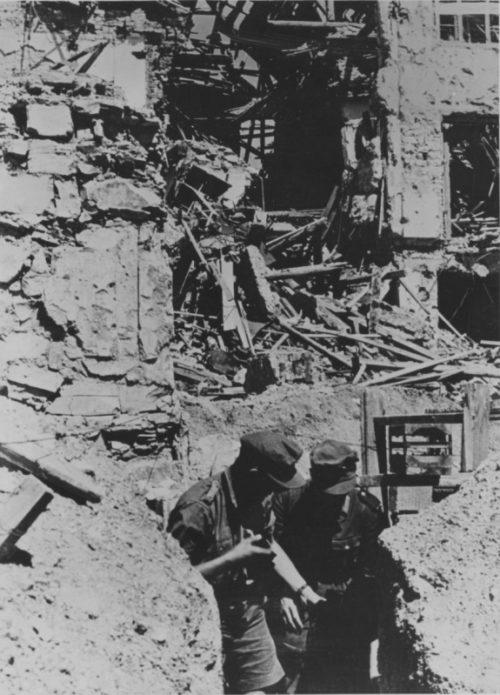 Горные егеря Вермахта в окопе разрушенного Новороссийска. Сентябрь 1942 г.