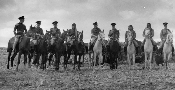 Британские и арабские кавалеристы во время поиска источников воды в районе Аин Хамды в долине Бекаа. Ноябрь 1940 г.