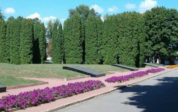 Памятник, установленный у 10 братских могил, в которых захоронено 2930 советских воинов, в т.ч. 30 неизвестных.